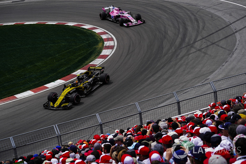 Carlos Sainz Jr., Renault Sport F1 Team R.S. 18, y Sergio Perez, Force India VJM11