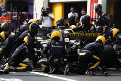 Carlos Sainz Jr., Renault Sport F1 Team R.S. 18, makes a pit stop