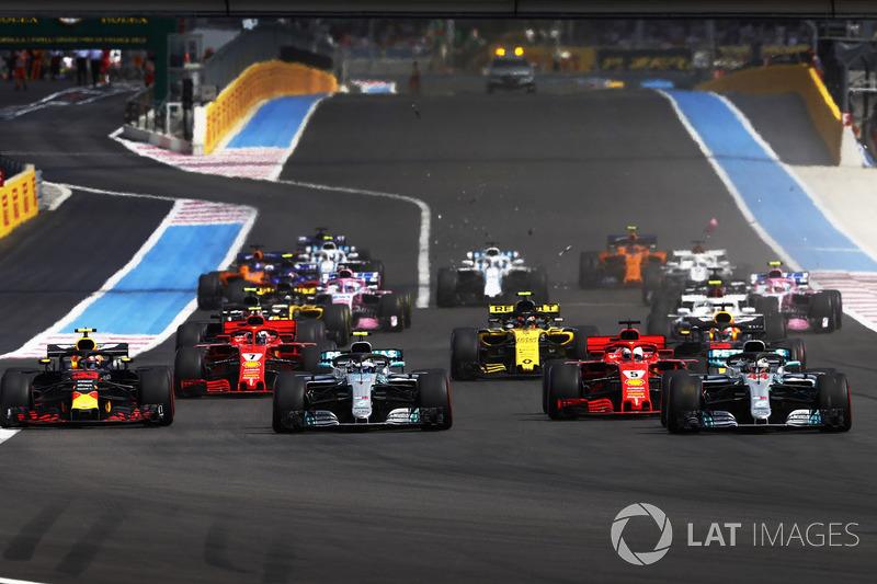 Lewis Hamilton, Mercedes AMG F1 W09, Valtteri Bottas, Mercedes AMG F1 W09, Sebastian Vettel, Ferrari SF71H, y Max Verstappen, Red Bull Racing RB14, al inicio