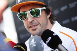 Fernando Alonso, McLaren, habla con los medios