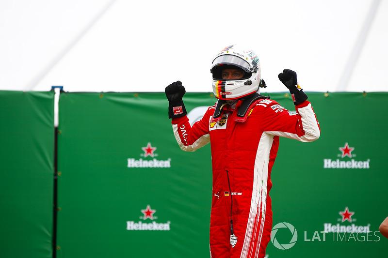 Sebastian Vettel, Ferrari, fête sa victoire dans le Parc Fermé