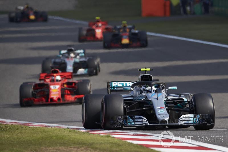 Valtteri Bottas, Mercedes AMG F1 W09, Sebastian Vettel, Ferrari SF71H, e Lewis Hamilton, Mercedes AMG F1 W09