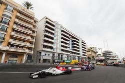 Charles Leclerc, Sauber C37, devant Brendon Hartley, Toro Rosso STR13, Romain Grosjean, Haas F1 Team VF-18, Marcus Ericsson, Sauber C37, et le reste du peloton