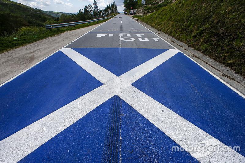 Изображение шотландского флага в память о Колине МакРее