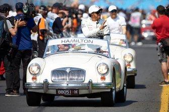 Lewis Hamilton, Mercedes AMG F1, en el desfile de pilotos