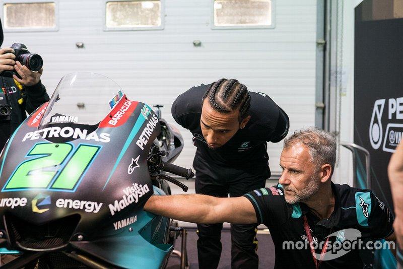Lewis Hamilton con la moto di Franco Morbidelli, Petronas Yamaha SRT