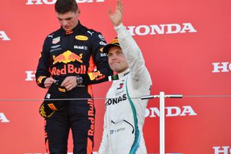 Valtteri Bottas, Mercedes AMG F1 e Max Verstappen, Red Bull Racing, festeggiano sul podio