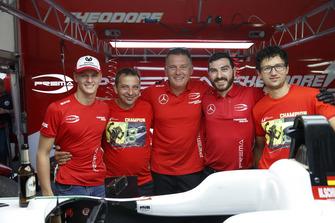 Il Campione Mick Schumacher, PREMA Theodore Racing Dallara F317 - Mercedes-Benz, con il team
