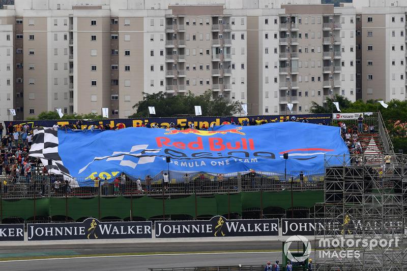 Un drapeau Red Bull Racing géant