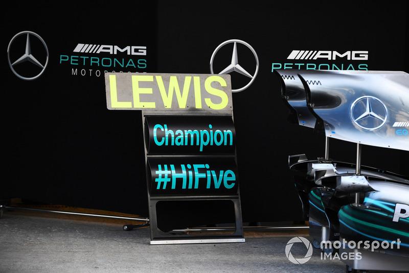 Привітання Льюіса Хемілтона, Mercedes AMG F1, з п'ятим титулом чемпіона світу