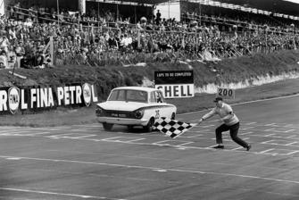 Il vincitore della gara Jim Clark, Lotus Cortina