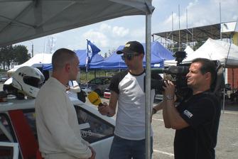 Знімальна група НТН бере інтерв'ю у Вадима Євтушенка
