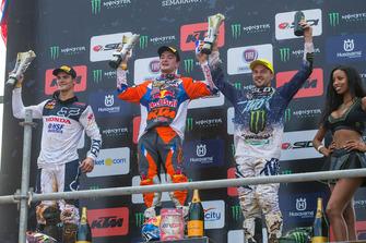 Tweede plaats Tim Gajser, Team HRC, Winnaar Jeffrey Herlings, Red Bull KTM Factory Racing en derde plaats Clément Desalle, Kawasaki Factory Racing