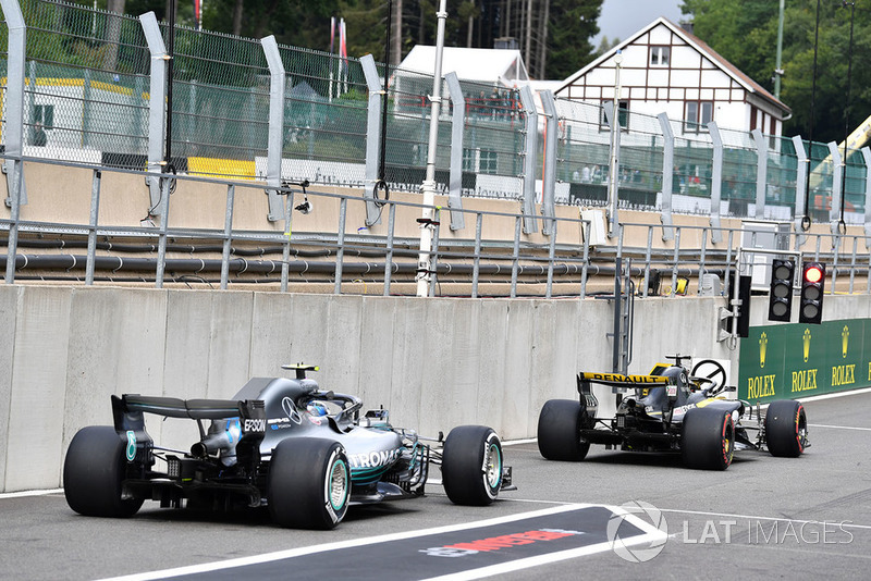 Nico Hulkenberg, Renault Sport F1 Team R.S. 18 y Valtteri Bottas, Mercedes AMG F1 W09