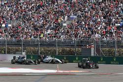 Фернандо Алонсо, McLaren MP4-31 едет впереди Льюиса Хэмилтона, Mercedes AMG F1 Team W07 и Валттери Б