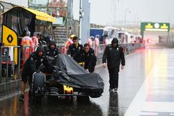 Машину Renault Sport F1 Team RS16 толкают под дождем