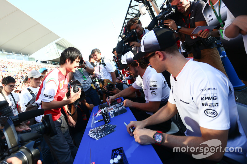Fernando Alonso, McLaren and Stoffel Vandoorne, McLaren Test and Reserve Driver sign autographs for the fans