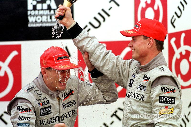 Podio: David Coulthard y Mika Hakkinen celebra