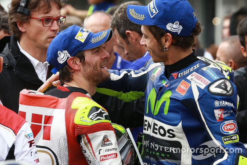 Il secondo classificato Valentino Rossi, Yamaha Factory Racing con il vincitore della gara Cal Crutchlow, Team LCR Honda
