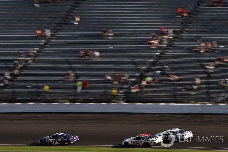 Denny Hamlin, Joe Gibbs Racing Toyota, Erik Jones, Furniture Row Racing Toyota, Brad Keselowski, Team Penske Ford