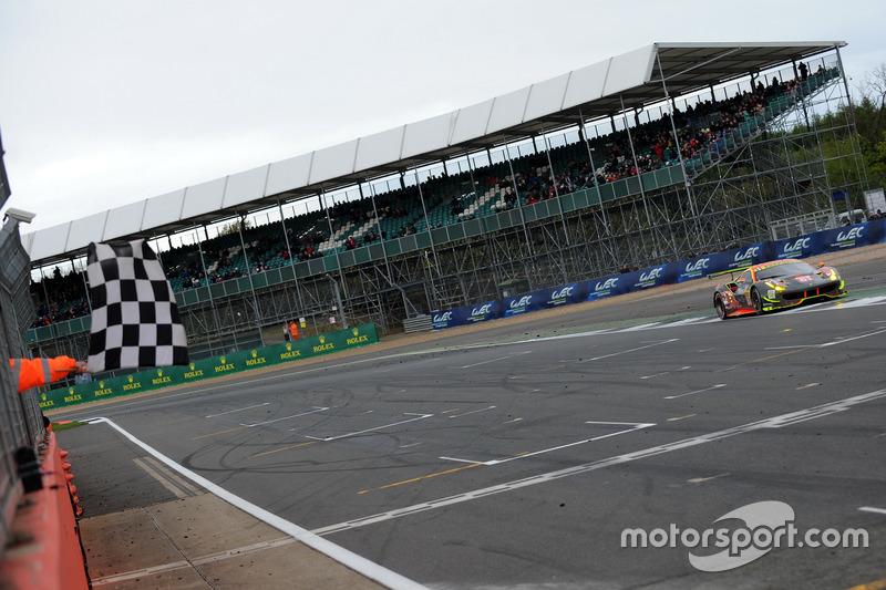 Checkered flag for #61 Clearwater Racing Ferrari 488 GTE: Mok Weng Sun, Matt Griffin, Keita Sawa