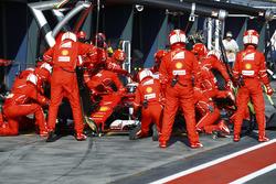 Kimi Raikkonen, Ferrari SF70H, s'arrête au stand