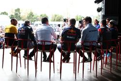 Управляющий директор Renault Sport F1 Сириль Абитбуль, руководитель команды Scuderia Toro Rosso Франц Тост, гоночный директор McLaren Эрик Булье, руководитель Red Bull Racing Кристиан Хорнер, совладелец и исполнительный директор Mercedes AMG F1 Тото Вольф,