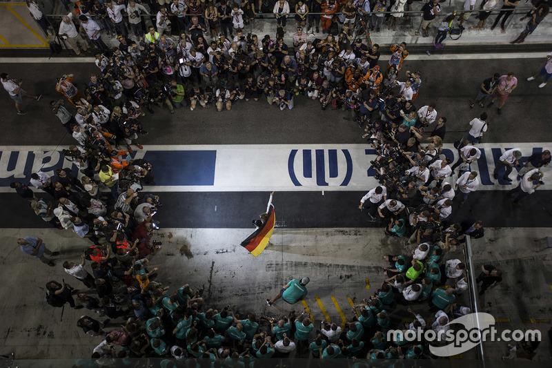 3. Nico Rosberg, de Mercedes AMG F1 celebra su campeonato del mundo con la esposa Vivian Rosberg y el equipo