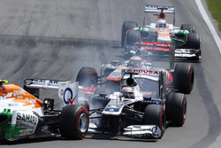 Pastor Maldonado, Williams FW35, hits the rear of Adrian Sutil, Force India VJM06