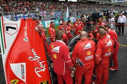 Des mécaniciens Ferrari autour de la voiture de Kimi Raikkonen, Ferrari SF70H