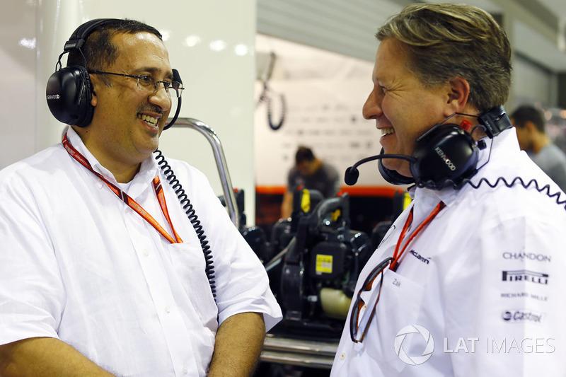 Su excelencia, Shaikh Mohammed bin Essa Al Khalifa de Bahrein, en el garaje de McLaren, Zak Brown, Director Ejecutivo de McLaren Technology Group