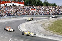 Alain Prost, Renault RE30, lidera sobreJohn Watson, McLaren MP4/1 Ford, Réne Arnoux, Renault RE30, Nelson Piquet, Brabham BT49C-Ford Cosworth