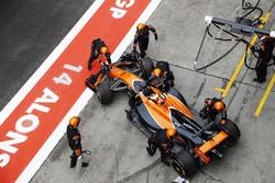 Механики McLaren закатывают MCL32 Стоффеля Вандорна в гараж
