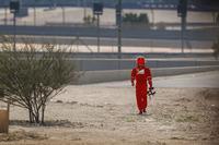 Гонщик Ferrari Кими Райкконен возвращается в боксы после остановки на трассе