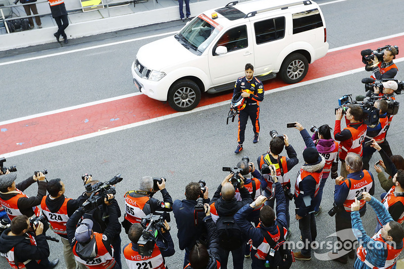 Daniel Ricciardo, Red Bull Racing, es fotografiado en su regreso al box