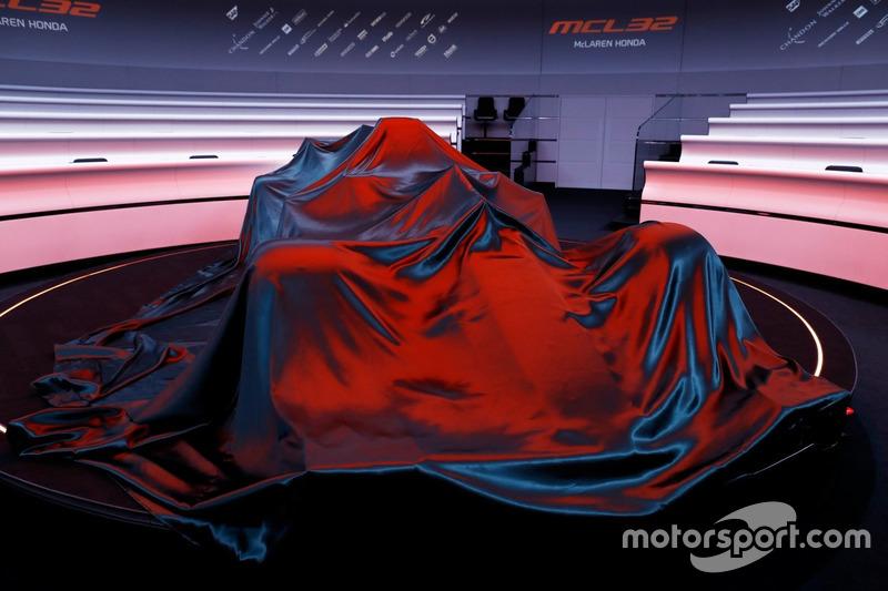 سيارة مكلارين أم.سي.آل32 تحت الغطاء