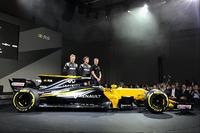 Pilotos de Renault Sport F1 Team Nico Hulkenberg, Jolyon Palmer, tercer conductor Serguei Sirotkin con el Renault Sport F1 Team RS17