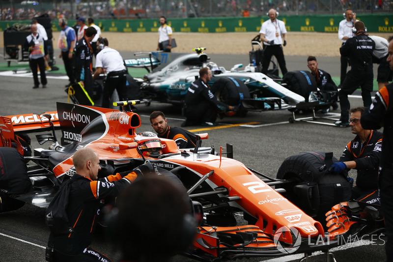 Stoffel Vandoorne, McLaren MCL32, si schiera davanti a Valtteri Bottas, Mercedes AMG F1