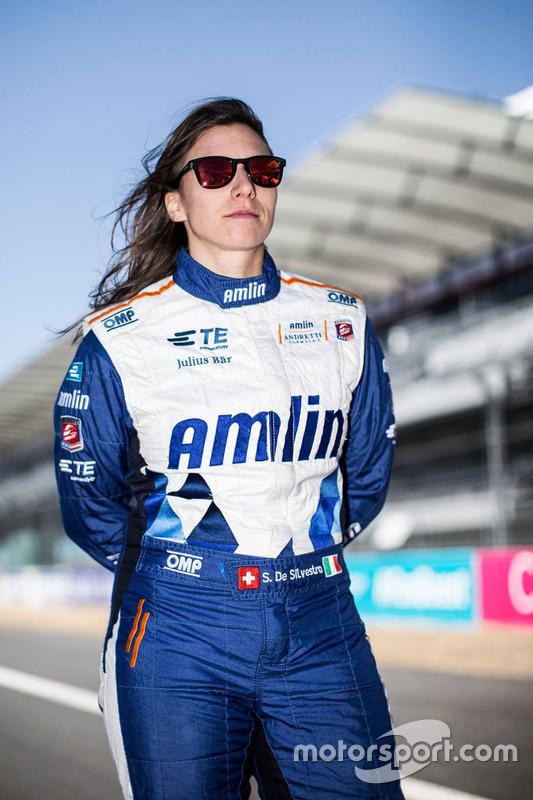 Simona de Silvestro chegou a assinar com a Sauber em 2014, mas por questões financeiras, ela nunca defendeu as cores da equipe.