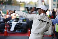 Lewis Hamilton, Mercedes AMG F1, celebra su pole position en parc ferme