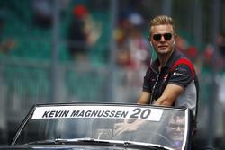 Kevin Magnussen, Haas F1 Team, durant la parade des pilotes