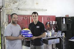 Santiago Urrutia y Pablo Planchón, diseñador de los cascos del piloto uruguayo