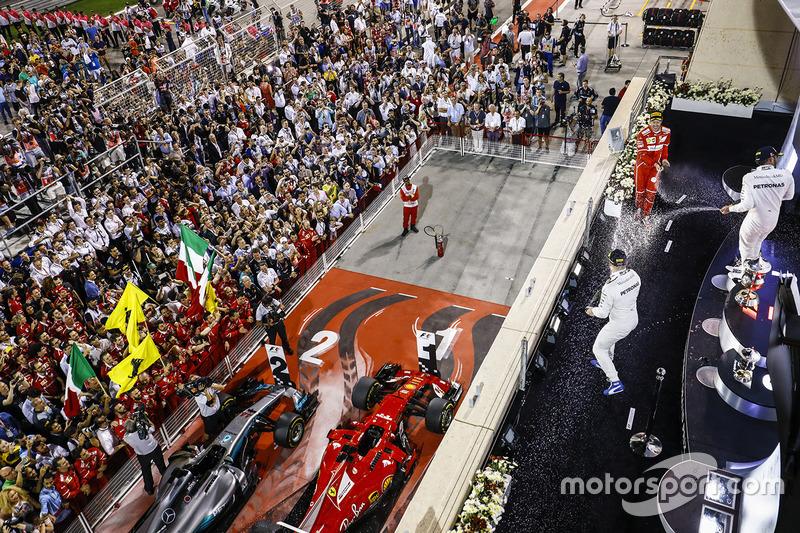 Gran Premio de Bahrein: debajo del podio pintaron las huellas de los neumáticos en una estilizada bandera nacional.