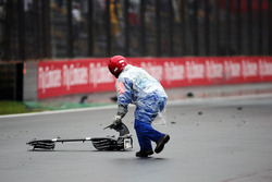 Маршал убирает с трассы останки разбитого Sauber C35 Маркуса Эрикссона