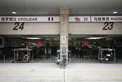 Вывеска над гаражами пилотов Haas F1 Ромена Грожана и Кевина Магнуссена