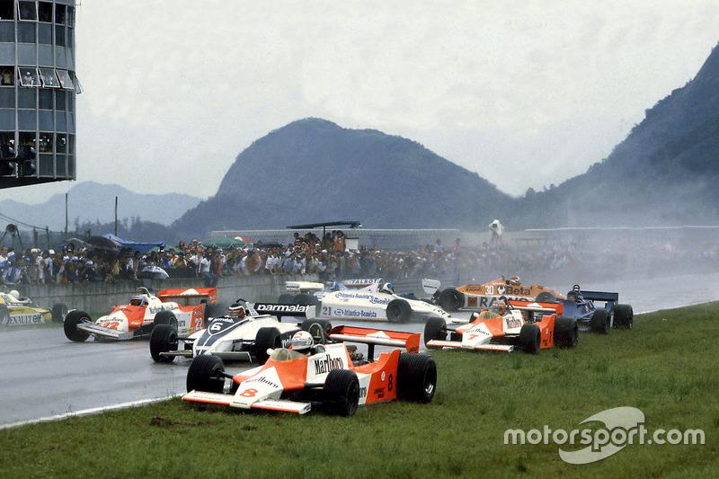 Accidente en la salida con Andrea de Cesaris, McLaren M29F-Ford Cosworth; Hector Rebaque, Brabham BT