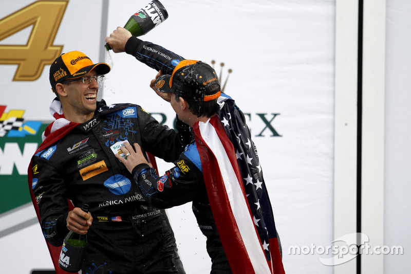 Champagne voor #10 Wayne Taylor Racing Cadillac DPi: Ricky Taylor, Jeff Gordon