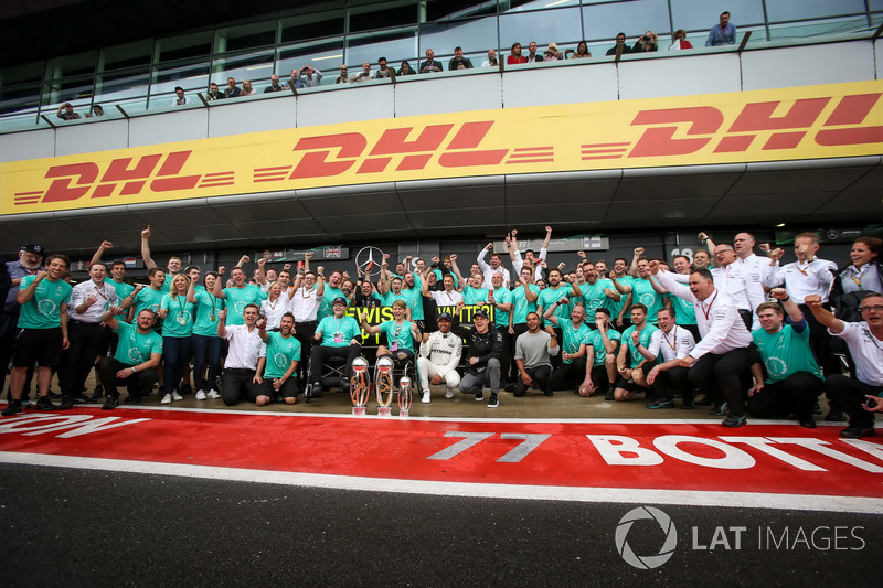 1. Lewis Hamilton, Mercedes AMG F1; mit Billy Monger und Nicolas Hamilton