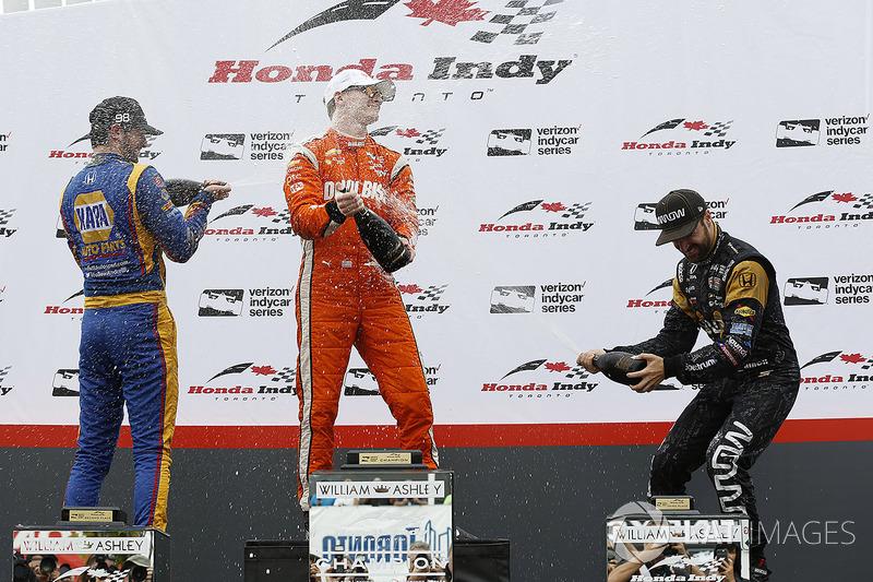Podio: ganador Josef Newgarden, Equipo Penske, segundo lugar Alexander Rossi, Herta - Andretti Autos