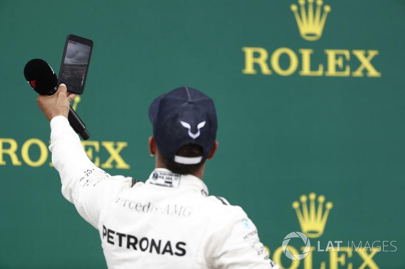 Podio: Ganador de la carrera Lewis Hamilton, Mercedes AMG F1 toma una foto con la multitud en el fon